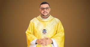 O vigário Kleber Santos Júnior já estava internado no Hospital Praia da Costa com a doença, mas com o agravamento do quadro clínico ele precisou ser intubado na noite deste domingo (24)