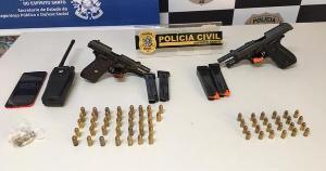 Um homem foi preso e um adolescente foi detido dentro da casa no bairro Santa Martha, em Vitória, que era utilizada como base para ataques a traficantes de Andorinhas