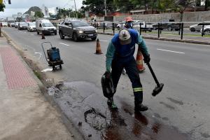O reparo foi realizado pela Prefeitura de Vitória próximo ao cruzamento com a Avenida César Hilal nesta quarta-feira (4) por apresentar risco aos pedestres e motoristas