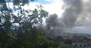 Moradora filmou fumaça provocada pelo fogo, que podia ser vista de longe. Segundo o Corpo de Bombeiros, o acidente da tarde deste sábado (23) não deixou feridos
