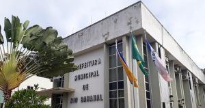 O Ministério Público afirma que a mulher atuava na área de avaliação de imóveis e prometia facilidades aos loteadores, cobrando no escritório dela pela regularização de terrenos
