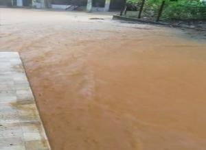 Em Alfredo Chaves, após as ruas de uma localidade ficarem alagadas, o calçamento de uma delas se desprendeu com a força da água