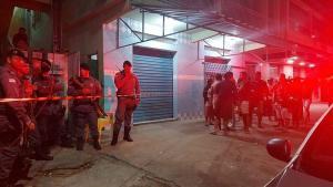 A vítima foi identificada como Sérgio Feu, de 24 anos; testemunhas afirmaram que dois homens entraram no bar, conversaram com o homem e depois atiraram