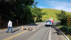 Segundo informações do Corpo de Bombeiros, o motociclista teria feito uma ultrapassagem irregular e colidido com um caminhão na manhã desta quinta-feira (8)