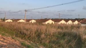 Ao todo, nos municípios de Linhares e Aracruz, mais de 1.500 famílias aguardam pela conclusão das obras — prometidas para 2013 e 2016, respectivamente