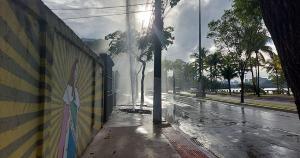 Imagens mostram a força com que a água é direcionada para o alto. O vazamento aconteceu na calçada, o que não impediu o trânsito de veículos no local