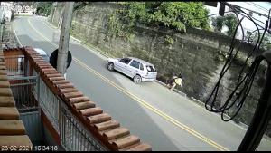 Um homem de 68 anos foi autuado em flagrante por conduzir veículo automotor com capacidade psicomotora alterada em razão da influência de álcool e por fuga do local do acidente. O atropelamento aconteceu na tarde deste domingo (28)
