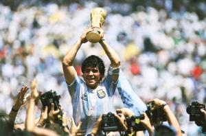 Mesmo com a fama mundial, o jogador não se esqueceu de onde veio: sempre esteve comprometido com as causas populares, defendeu a soberania latino-americana e denunciou as falcatruas da cartolagem futebolística
