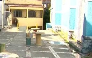 Moradores da região contaram que os disparos começaram do lado de fora do pátio da igreja, onde há um cruzamento de ruas. O rapaz que morreu foi perseguido pelos atiradores no percurso e caiu morto próximo a uma escadaria