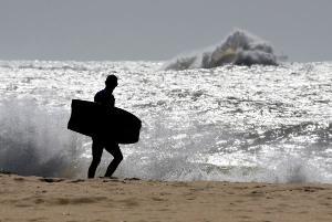 Ciclone extratropical em alto-mar provoca ventos intensos sobre o oceano. No Espírito Santo, são esperadas ondas de 2,5 metros
