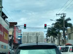 Alguns sinais travaram no vermelho e motoristas foram obrigados a desrespeitar a lei de trânsito. Problema aconteceu na avenida Leitão da Silva e também na Rodovia do Sol