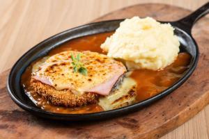 Um dos pratos favoritos dos brasileiros também fica uma delícia se for preparado com hambúrguer bovino em vez do bife tradicional