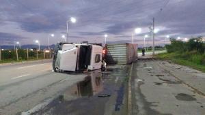 Acidente aconteceu no início da manhã desta quarta-feira (23). O motorista teve ferimentos no braço