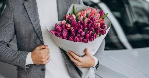 Ao presentear um homem com flores ou plantas, envie embalado com um vaso apropriado assim, o presente já chega pronto para ser exposto e alegrar o ambiente que pode ser residencial ou profissional
