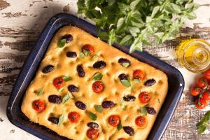 Pão achatado e macio de origem italiana é uma boa sugestão para servir no café da manhã, como aperitivo e como acompanhamento