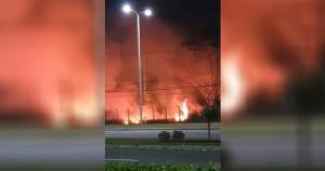 Equipes do Corpo de Bombeiros controlaram o fogo, que atingiu uma área de vegetação seca do aeroporto; chamas teriam começado por causa de uma guimba de cigarro