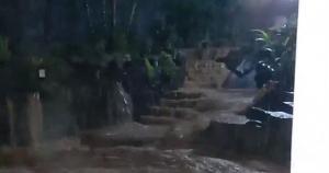 Mais um vez, nascente da Fonte Grande 'explodiu' e a água foi parar na varanda da casa da gerente comercial Márcia Rodrigues, de 49 anos; veja vídeo