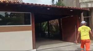 Três servidores municipais foram filmados trabalhando na construção de uma piscina, em imóvel que seria do vice-prefeito, Claudão Chierici (PL). Prefeitura também apura