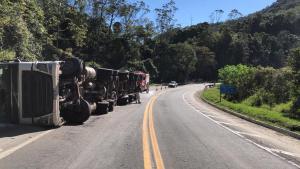 Segundo a Polícia Rodoviária Federal (PRF), o acidente ocorreu na manhã desta terça-feira (10), mas o veículo segue no local. Duas pessoas ficaram feridas