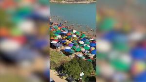 Um vídeo gravado pouco depois das 15h desta quarta-feira (30) mostra que não há distanciamento entre as pessoas na areia da famosa Praia da Bacutia, local muito procurado no verão e para o réveillon