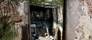 Fogo destruiu o imóvel que tinha apenas dois cômodos; nele moravam uma mãe e os três filhos pequenos. Saiba como colaborar