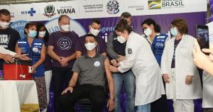 O pastor Ramires Campos Silvano, 39 anos, foi um dos voluntários que receberam meia dose da vacina contra a Covid-19 neste domingo (13), em Viana