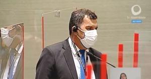 Evandro Armini Gomes encontrou a quantia durante a sessão; a imagem do servidor foi transmitida ao vivo na TV Assembleia