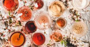 Entenda a origem desses cheiros na bebida e permita-se identificar traços de rosa, jasmim e camomila entre um gole e outro