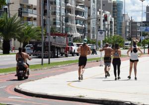 Uma pesquisa desenvolvida nos Estados Unidos destaca que andar 7 mil passos por dia, o que equivale de 4 km a 5 km, reduz risco de mortalidade