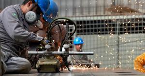 Com a retração, a produção das fábricas ficou 1% abaixo do nível pré-pandemia, registrado em fevereiro de 2020. A perda de ritmo reflete a combinação entre piora da crise