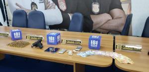Na casa do acusado, de 28 anos, foram encontradas uma arma, drogas, dinheiro, coletes à prova de balas e rádios comunicadores; outro suspeito de integrar o tráfico local foi preso