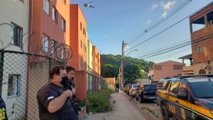 A operação é coordenada pela Polícia Civil e conta com a participação da Polícia Militar, Polícia Rodoviária Federal, Notaer, Guardas Municipais e Força Nacional
