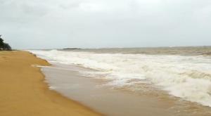 Registros feitos pelo fotógrafo Ricardo Medeiros, de A Gazeta, nas praias de Camburi e de Itaparica comprovam alertas de institutos e da Marinha para ventania e mar agitado