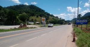 Batida aconteceu na altura do quilômetro 247 da rodovia, por volta das 14h30; vítimas tiveram ferimentos moderados e foram socorridas
