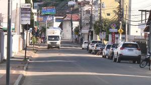 Decreto municipal válido por sete dias proíbe a permanência em praças e locais públicos, além de música em bares e restaurantes