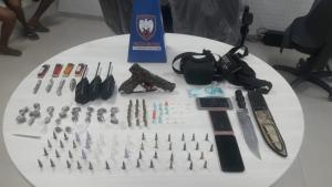 As apreensões ocorreram em 'bairros de confronto'. Os três homens detidos têm passagem por tráfico de drogas ou homicídio. Uma pessoa morreu durante as operações