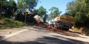 Desde às 18h50 de terça-feira (30), quando um caminhão tanque carregado com etanol tombou na rodovia e começou a vazar o álcool, a via foi isolada e uma fila de caminhões e carretas se formou