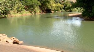 A suspeita é que o corpo seja de Elnatan Queiroz Feitosa, que desapareceu no rio em 19 de junho. Familiares estiveram no local e reconheceram roupas que seriam dele