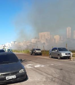 Nas imagens feitas por populares é possível ver a fumaça saindo do local e passando pela pista, comprometendo a visibilidade dos motoristas