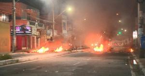 Segundo a PM, protesto na Avenida Abdo Saad, em Jacaraípe, foi motivado pela morte de Filipe Gomes, 22, que foi baleado e morreu na tarde desta segunda (22)