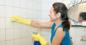 Lave os ralos, remova os cabelos, esfregue com escova, água sanitária e enxágue com água fervente