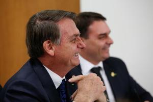 Segundo assessores, a ordem repassada a integrantes da equipe ministerial é para que evitem comentários em público sobre aquisição feita por Flávio Bolsonaro