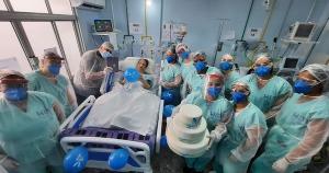 Dona Nely, que se recupera da Covid-19 na UTI de um hospital no município, comemorou seus 78 anos com bolo e videochamada da família. Funcionários do hospital participaram do parabéns