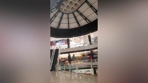 Imagens mostram parte do teto cedendo em um dos andares do centro comercial; água também invadiu o local na noite deste domingo (7)
