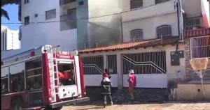 O imóvel fica ao lado de um edifício e perto da Praça 22 de Agosto. De acordo com os Bombeiros, os donos da residência não estavam no local e ninguém ficou ferido