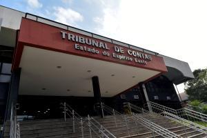 Tribunal de Contas identificou administrações municipais que editaram atos normativos em 2020 para contratar e dar aumento a servidores, elevando despesas com pessoal