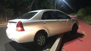 Homem de 45 anos foi assaltado e preso no compartimento do veículo. Ele conseguiu colocar a mão para fora e acenar para pedir ajuda