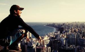 A iniciativa de colocação do nome do inspetor na Trilha Sul do Morro do Moreno e em uma rua do município canela-verde partiu dos vereadores Léo Pindoba e Devanir Ferreira