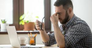 Muitos trabalhadores em home office, quando ficam doentes, não pedem dias de licença para cuidar da saúde por medo e como forma de se manterem valorizados e garantirem o emprego