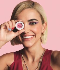 A colunista de moda da Revista.ag, Fernanda Trindade, acaba de lançar um e-commerce de acessórios e uma coleção de brincos feitos com botões que trouxe de uma viagem. Confira também outros lançamentos do universo da moda e da beleza